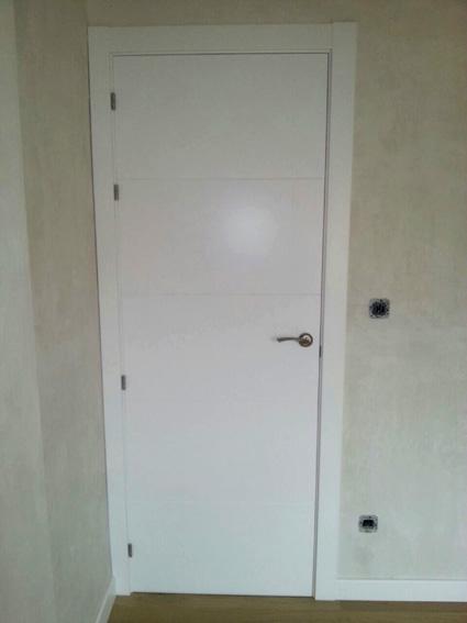 Parquets Nervion suministro e instalación puerta lacada blanca San Rafael