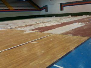 arrancado pavimento  deportivo de madera